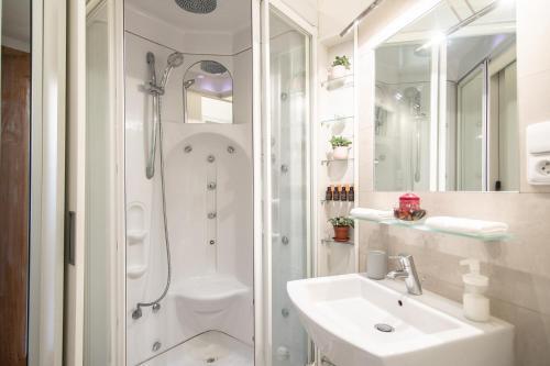 Ванная комната в Lovely apartment on Mala Strana just 10 mins walk to scenic places