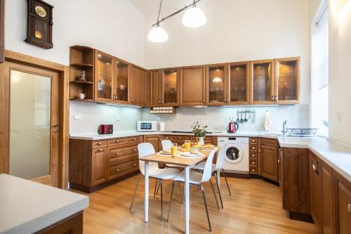 Кухня или мини-кухня в Lovely apartment on Mala Strana just 10 mins walk to scenic places