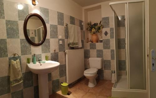 A bathroom at Moulin De Cornevis Bed and Breakfast