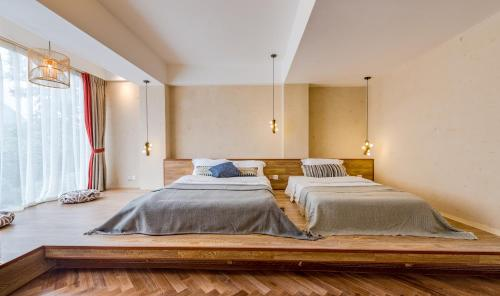 A bed or beds in a room at Yangshuo Village Retreat