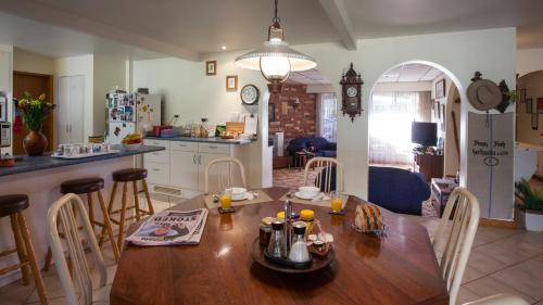 A restaurant or other place to eat at Kathys Place Bed and Breakfast