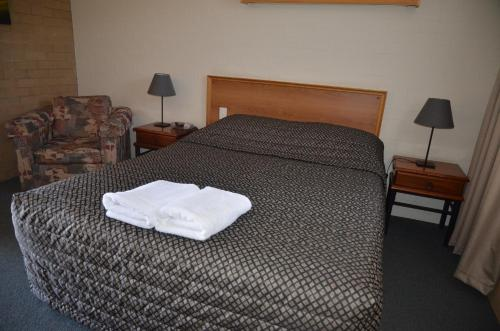 A bed or beds in a room at Alexander Motor Inn