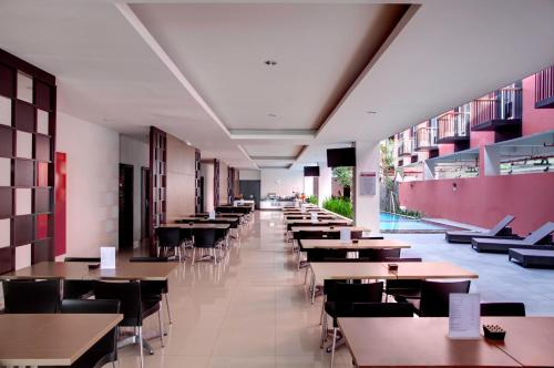 A restaurant or other place to eat at Amaris Hotel Pratama Nusa Dua