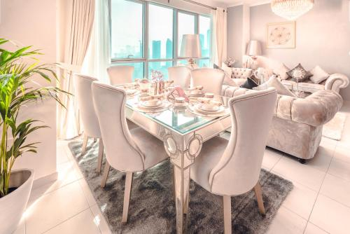 A restaurant or other place to eat at Elite Royal Apartment - Burj Residences T7 - President
