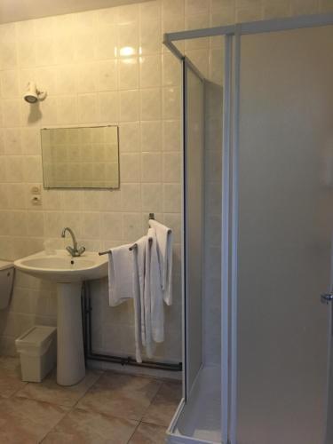 Salle de bains dans l'établissement HERITAGE Le Marandais