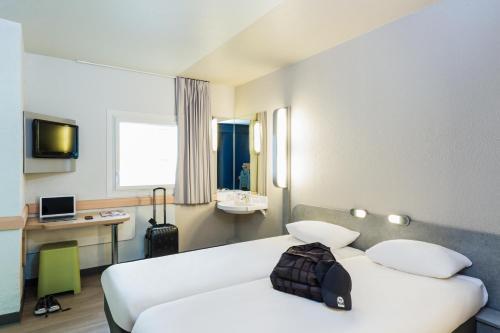 سرير أو أسرّة في غرفة في إيبيس بدجيت باريس بورت دي مونمارتر