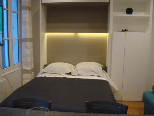 A bed or beds in a room at le castor