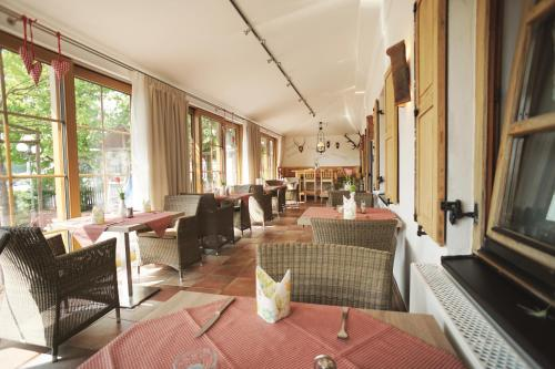A restaurant or other place to eat at Hotel Daimerwirt