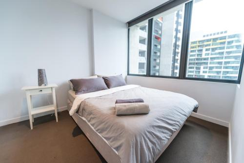 A bed or beds in a room at A Cozy CBD Residence Next to Southern Cross
