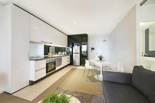 A kitchen or kitchenette at Cosmopol on Lonsdale in Melbourne CBD