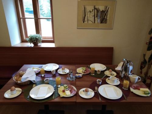 Ein Restaurant oder anderes Speiselokal in der Unterkunft Gästehaus Schloss Bernau