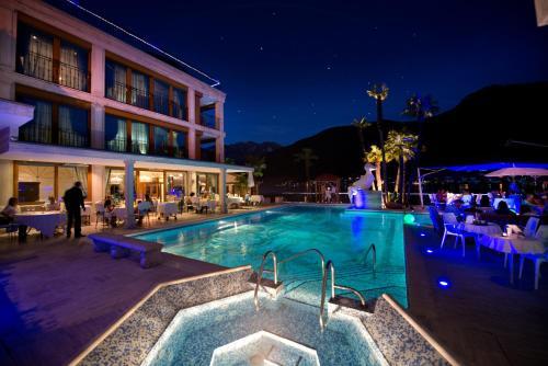 Der Swimmingpool an oder in der Nähe von Swiss Diamond Hotel & Spa