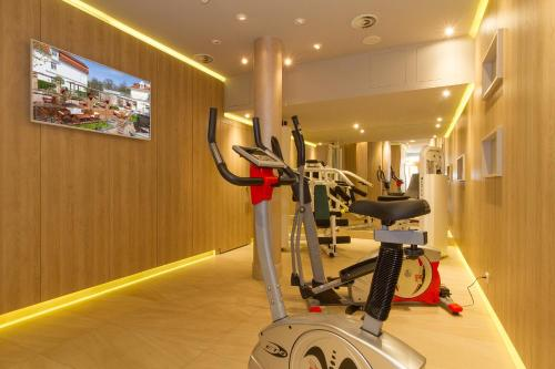 The fitness center and/or fitness facilities at Hotel Am Strand