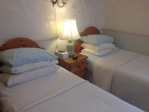 A bed or beds in a room at Alcantara Guest House