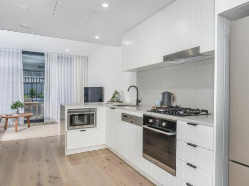 A kitchen or kitchenette at Herald 1-BR Apartment - Inner City, Close to Beaches & Harbour