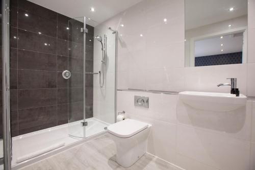 A bathroom at Asperion Hotel