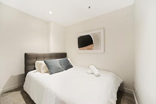 A bed or beds in a room at Walking to Darling Harbour, Townhall, QVB,ICC.
