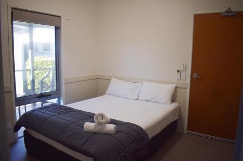 A bed or beds in a room at NRMA Sydney Lakeside Holiday Park