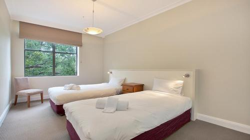 A bed or beds in a room at Harbour Fringe Apartment