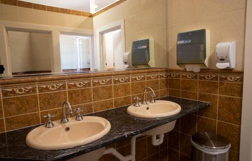 A bathroom at Criterion Hotel Gundagai