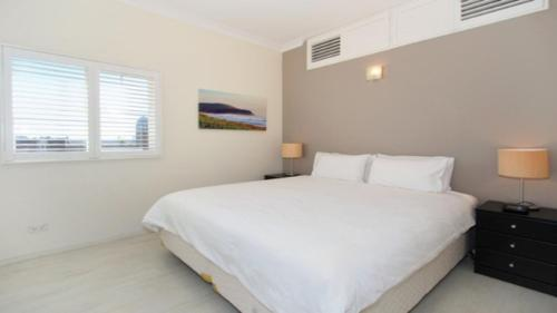 A bed or beds in a room at Apartment at Cooper St