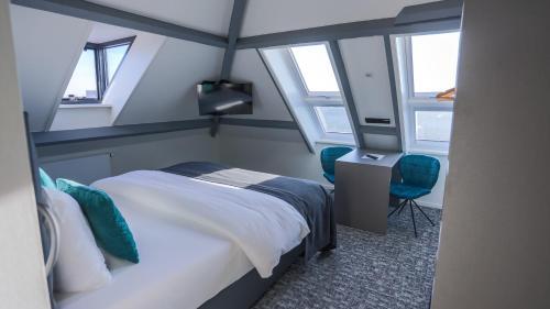 A bed or beds in a room at Hotel De Nieuwe Doelen met Luxe privé-wellness