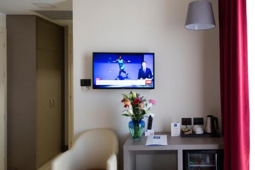 A television and/or entertainment center at iH Hotels Milano Bocconi
