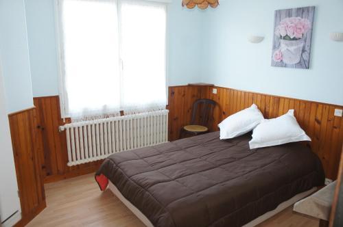 A bed or beds in a room at Hôtel de la Place