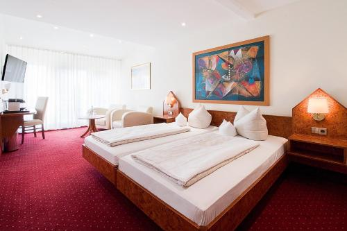 A bed or beds in a room at Hotel Goldene Rose