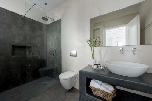 A bathroom at Nefeli Sunset Studios