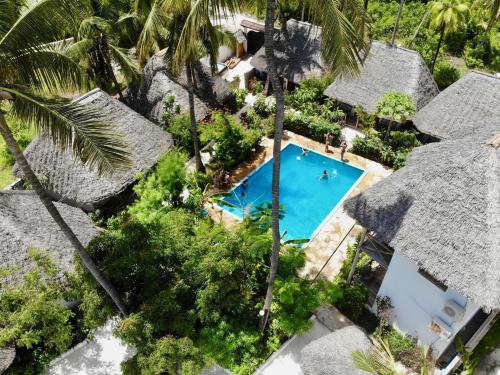 Vue sur la piscine de l'établissement Miramont Retreat Zanzibar ou sur une piscine à proximité