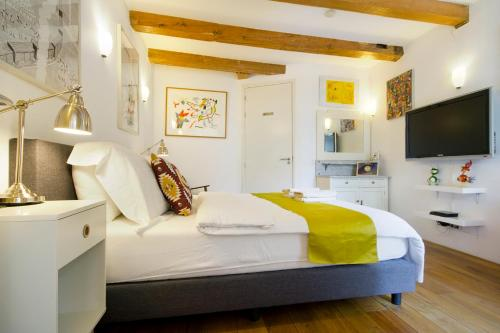 A bed or beds in a room at Mercedes Bed&Breakfast Amsterdam