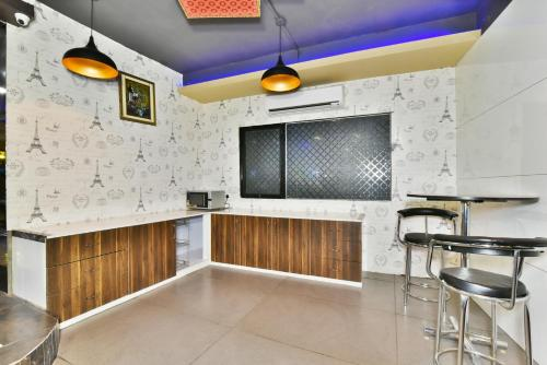 A kitchen or kitchenette at Pinaz Royale