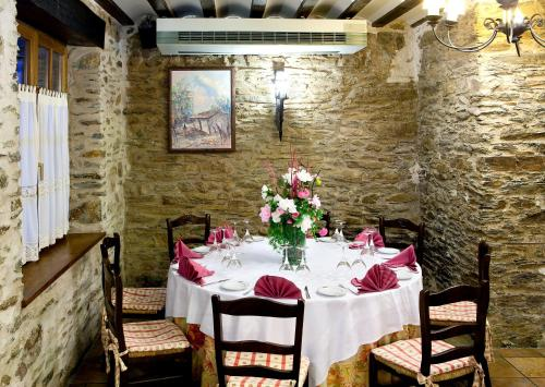 Un restaurante o sitio para comer en Hotel Venta de Etxalar