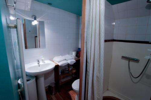 Salle de bains dans l'établissement Péniche - Le Nénuphar