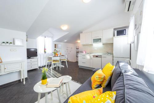 A kitchen or kitchenette at Mariposa