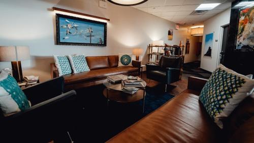 Ein Sitzbereich in der Unterkunft Feather Factory Hotel
