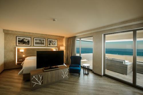 Uma área de estar em Park Inn by Radisson Baku Hotel