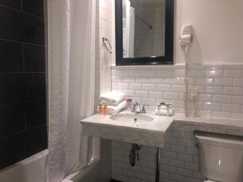 A bathroom at Bogart Hotel