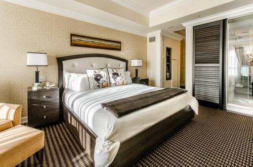 A bed or beds in a room at Le St-Martin Hotel Centre-ville – Hotel Particulier