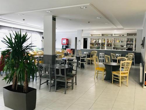 Un restaurante o sitio para comer en Hotel Bradomin