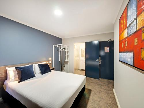 A bed or beds in a room at 28 Hotel