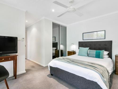 A bed or beds in a room at The Palms Holiday House Mt Martha