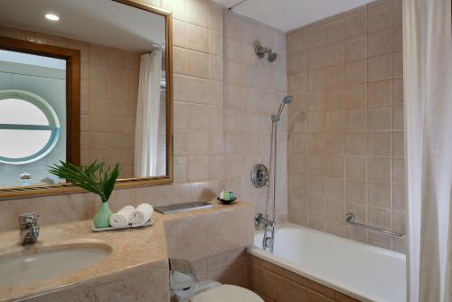 A bathroom at Leonardo Suite By the Beach