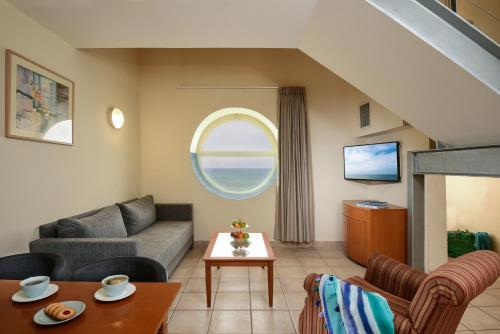 A seating area at Leonardo Suite By the Beach