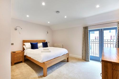 A bed or beds in a room at Brewery House By Flying Butler