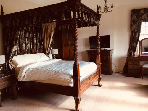 A bed or beds in a room at Brass Castle Country House Accommodation