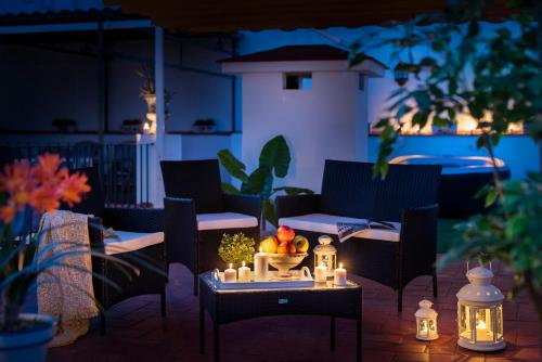 A restaurant or other place to eat at HSH Suites Barrio Santa Cruz