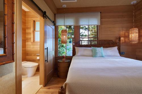 A bed or beds in a room at Hotel Lanai