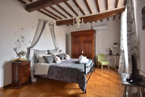 A bed or beds in a room at Il Giglio B&B